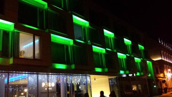 PURO Hotel: Facciata dell'Hotel. Cambia continuamente colore