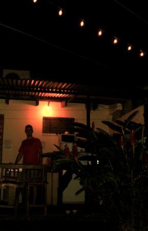Hospedaje Dodero: Outdoor dining area at night