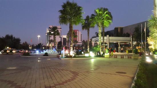 Mercure Alger Aeroport: Cour exterieure en nocturne