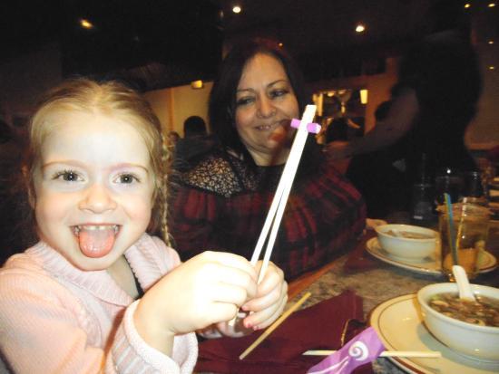 Shogun : même la plus jeune se servira des bâtons pour manger!