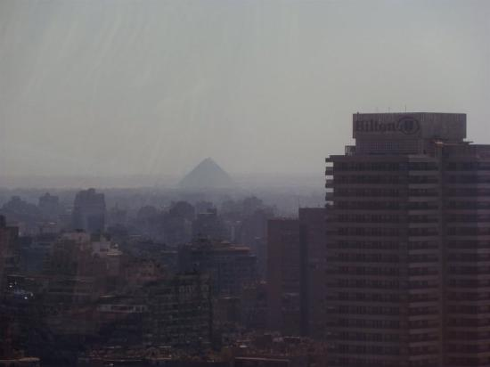 Fairmont Cairo, Nile City: view of Giza from rooftop pool