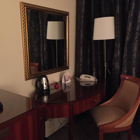 Millennium Gloucester Hotel London Kensington: Desk on 7th Floor