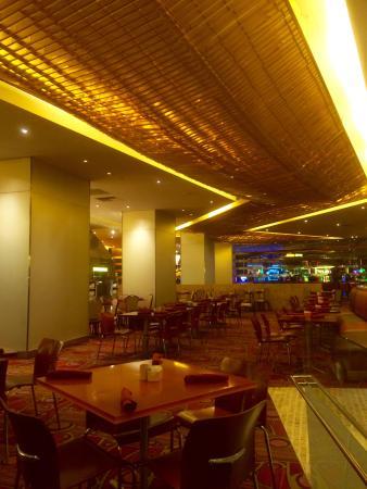The Buffet at Bellagio: 中はこんな感じ。テーブルの間隔がいい。