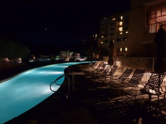 JW Marriott Tucson Starr Pass Resort & Spa: Lazy River at night