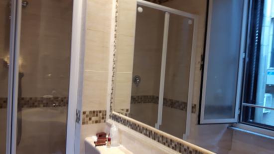 Genio Hotel : banheiro reformado...tem uma janela grande...