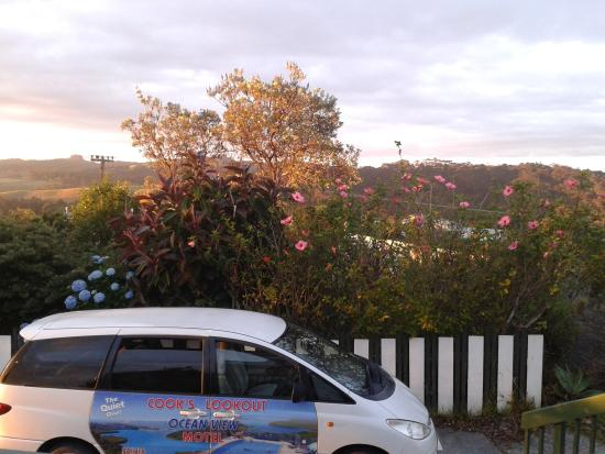 Cook's Lookout Motel: The picture on the car is the actual view