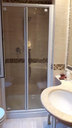 Genio Hotel : banheiro não é grande, mas resolve