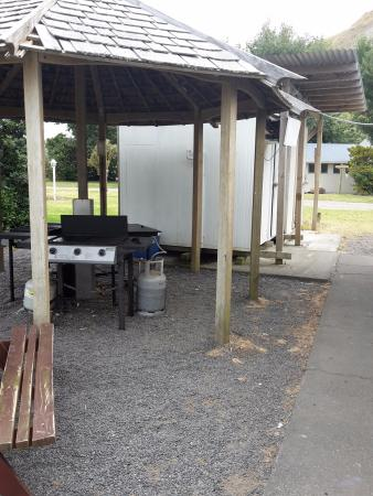 Mahia Beach, New Zealand: communal BBQs with walk in freezer and fridges. large camp kitchen to right