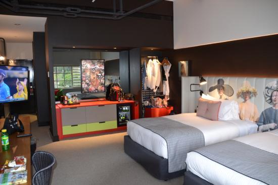 Ovolo Woolloomooloo: Room With Mini Bar And Wardrobe