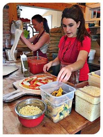 Brooksville, Μέιν: Making the pizza at the Tinder Hearth Bakery