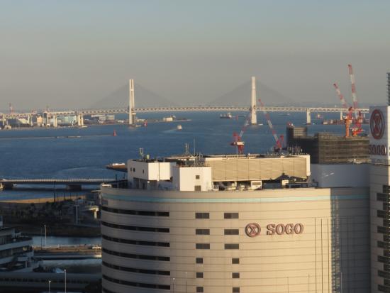 Yokohama Bay Sheraton Hotel and Towers : 20階の部屋からのベイブリッジビュー