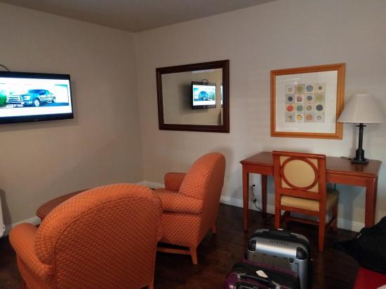Alamo Inn & Suites: Desk/Sitting Area