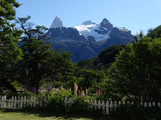 Hosteria El Pilar: View of Cerro Fitz Roy from front yard