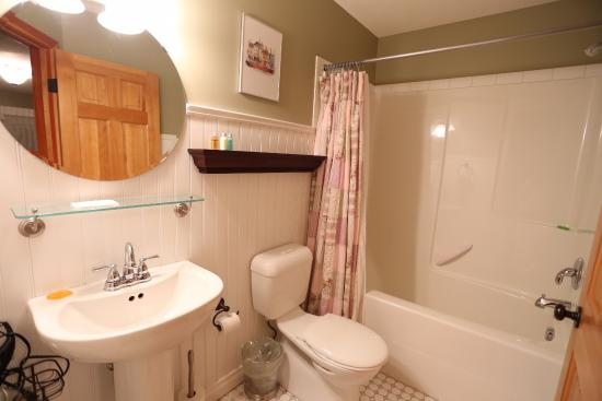 The Poplar Inn: Clean Bathroom with enough amenities