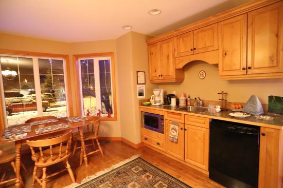 The Poplar Inn: Kitchen for breakfast