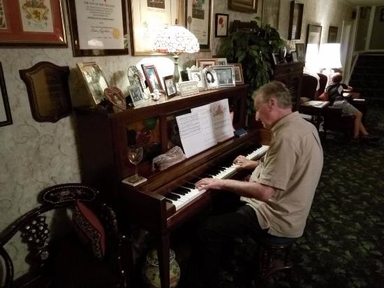 Rose Manor Bed and Breakfast: evening music
