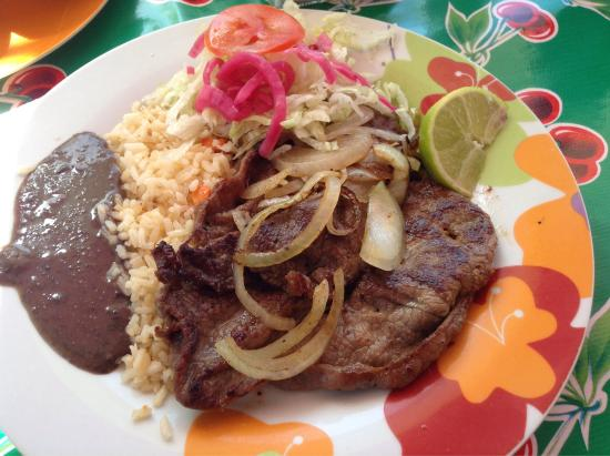 Loncheria Alexia y Geovanny: omelette, steak & onions,chips & salsa
