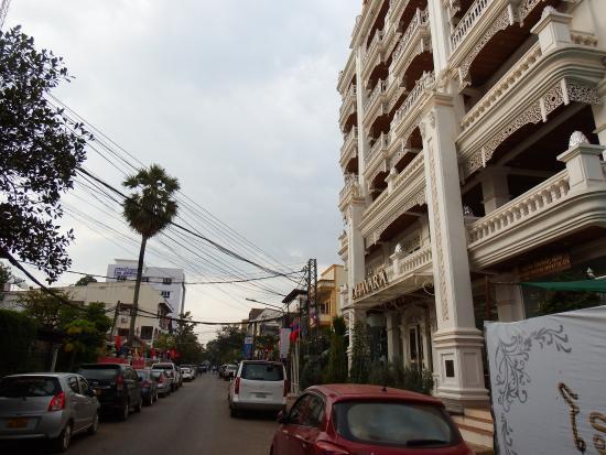 Dhavara Hotel: ホテル正面とマンタトゥーラート通り