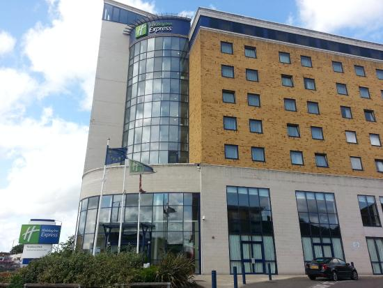 Holiday Inn Express London-Newbury Park: Extrerior hotel