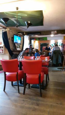 La Roche-Bernard, France : la salle (petite) et le bar