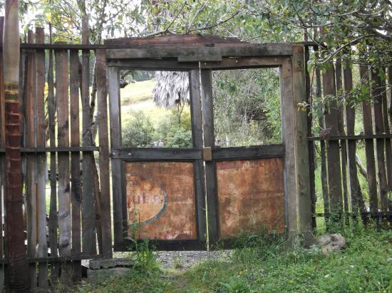 Leigh, Nueva Zelanda: Rustic old gate occasionally swung open.