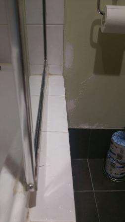Joondalup, Australië: Bathroom screen loose despite repair with silicone