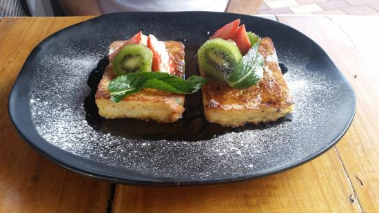 Inglewood, Australien: French toast with kiwi and strawberries
