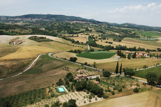 Podereilbiancospino: veduta aerea della villa e dintorni