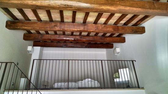 Soppalco con splendido soffitto con travi a vista foto for Costo delle travi a vista