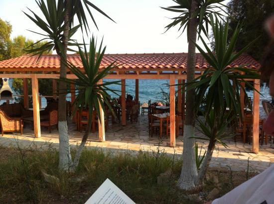 Lentas, Греция: Blick vom Garten auf die Taverne