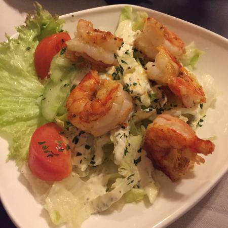 Салат с креветками и устрицами