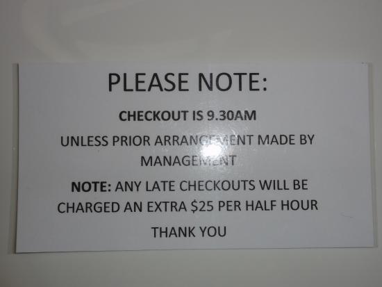 Twizel, نيوزيلندا: Warning notice on table