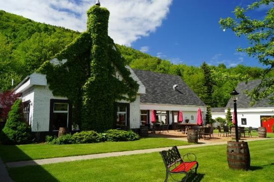Mabou, Canada: Pub on left, dining room across patio behind umbrellas