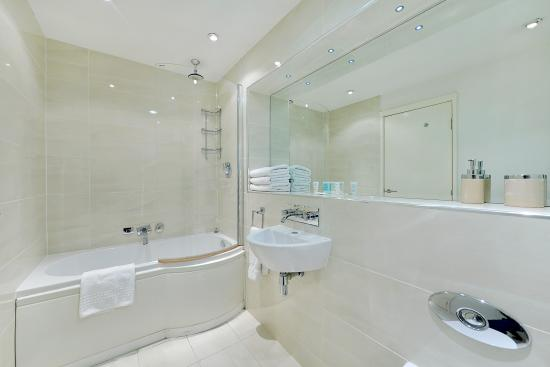 Point West Apartments by Crown Lawn: Bathroom
