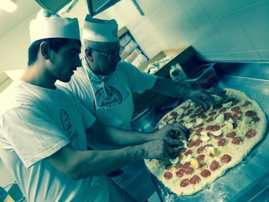 Ristorante Pizzeria Da Giovanni: Lo staff durante la preparazione del pane pasquale: il Tortano.