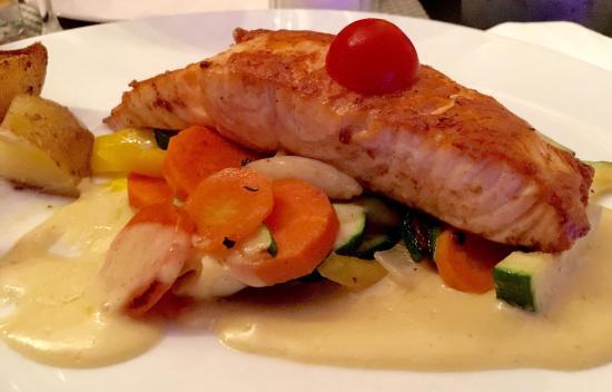 Weinheim, Deutschland: Gegeillter Lachs mit Gemüse