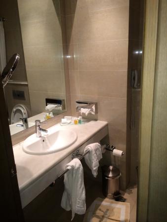 Amalia Hotel: Banheiro amplo e novo