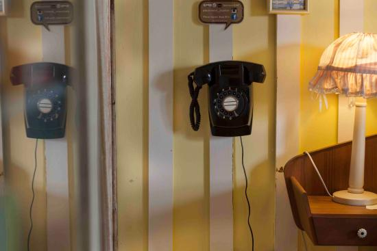 Piman Plearnwan Hotel: Vintage phone in rooms!