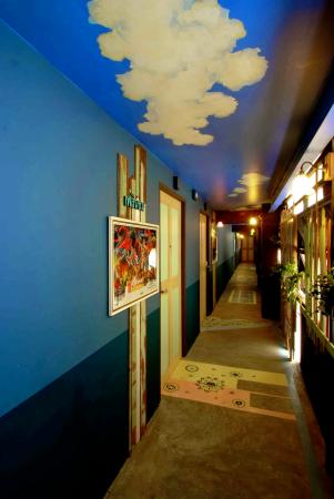 Piman Plearnwan Hotel : Our wall and walkway