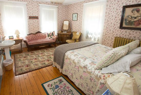 Dancing Bear Guesthouse: The Rose Room