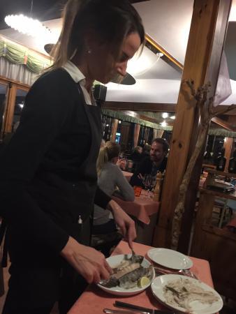 Ugovizza, Italien: Die Forelle wird in Sekunden vorgelegt!