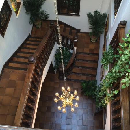 Hotel San Gabriel: hall and stairs