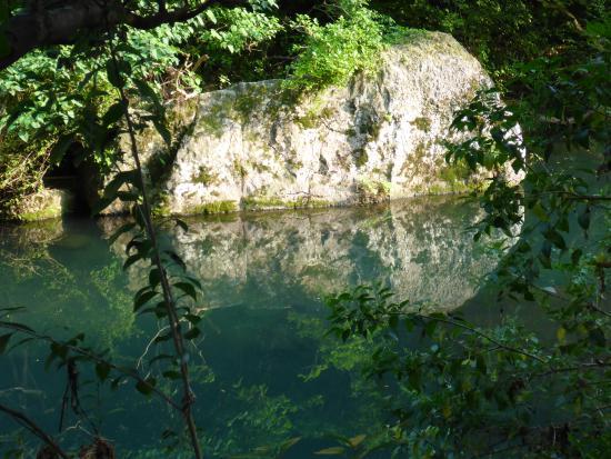 Cheonjiyeon Falls : The smiling rock