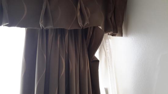 Kensington Court Hotel : Broken curtain