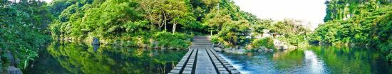 Cheonjiyeon Falls : The stone bridge across