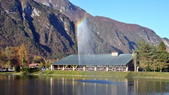 Amaro, Italien: L'arcobaleno sulla fontana, con il Bar/Ristorante CISON sullo sfondo