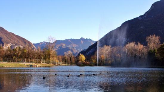 Amaro, Italien: Il Lago in una tipica giornata d'Autunno