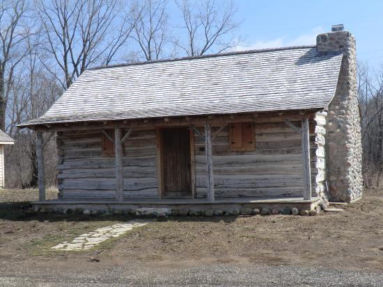 Caledonia, Висконсин: Log Cabin