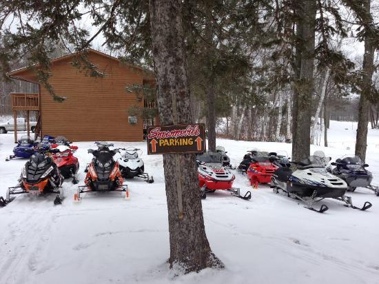 Deerfoot Lodge & Resort: Plenty of snowmobile parking