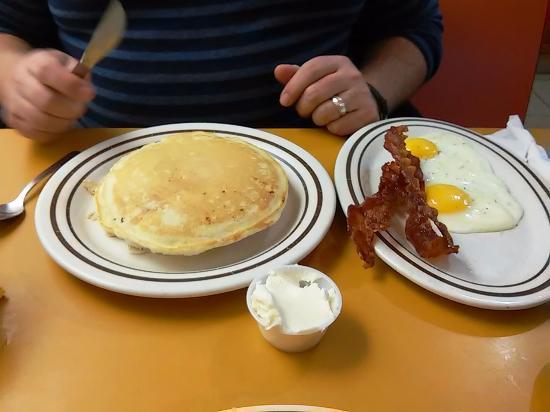 Johnson City, Nova York: Pancakes, Eggs, and Crispy Bacon